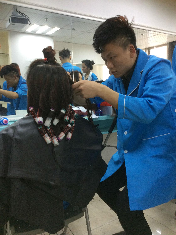 怀化亿美达美容美发化妆学校成立于2000年,拥有17年的美发教学培训